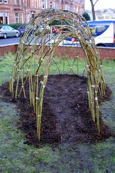 Great outline on making a willow dome - would be great for a summer squash vine and a playhouse for kt