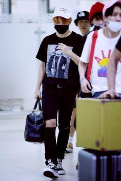 BTS arrived at Gimpo Airport from Japan 150820 Jimin Airport Fashion, Bts Airport, Airport Style, Boy Outfits, Casual Outfits, Pop Fashion, Mens Fashion, Bts Jimin, Korean Fashion