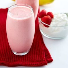 This strawberry banana yogurt smoothie recipe is perfect for breakfast. High in protein and low in fat, it's a power drink that tastes like a dessert. Basic Smoothie Recipe, Smoothie Recipes With Yogurt, Yogurt Smoothies, Protein Shake Recipes, Easy Smoothies, Yogurt Recipes, Smoothie Drinks, Making Smoothies, Lunch Smoothie