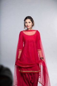 Here is the smart collection of Shalwar Kameez Designs wear by gorgeous Mahira Khan. See Mahira Khan Shalwar Kameez Pictures Here Patiala Dress, Punjabi Dress, Patiala Salwar, Anarkali, Punjabi Suits, Salwar Kameez Simple, Lehenga, Red Salwar Suit, Shalwar Kameez Pakistani
