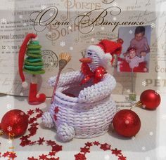 Плетение из газет Newspaper Crafts, Paper Folding, Snow Globes, Wicker, Snowman, Diy And Crafts, Projects To Try, Weaving, Christmas Ornaments