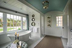 salle de bain rétro en blanc et bleu clair décorée d'un lambris mural en bois…