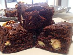 Brownies de Tres Chocolates y Salsa de Caramelo