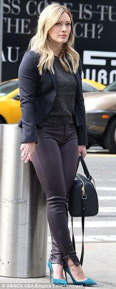 Отличный со всех сторон: красивая блондинка шипел в сливы плотно облегающие кожаные брюки...
