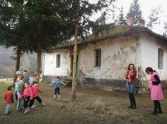 Осморо ученика у школи од блата, немају прозоре, клупе, таблу, ни тоалет - http://www.vaseljenska.com/wp-content/uploads/2016/02/729d5930caf7ae31db3bb9ebc5845b7a.jpeg  - http://www.vaseljenska.com/drustvo/osmoro-ucenika-u-skoli-od-blata-nemaju-prozore-klupe-tablu-ni-toalet/