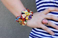 Como hacer una pulsera con flores de tela