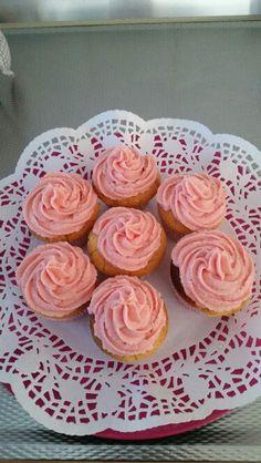 Muffins met aardbeiencreme