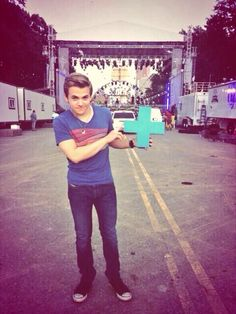 Hunter supporting his tour mates, Dan and Shay. He is too sweet!
