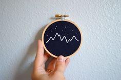 Montagne et toile de lin étoiles Embroidery Hoop Art - Tenture murale - bleu marine et blanc - cercle à broder 3 pouces