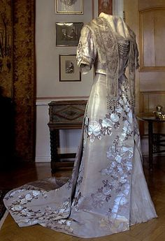 the nobel gown worn by Auther Selma Lägaerlöf  from http://www.marbacka.com/engelska/e_index.htm