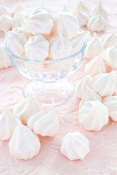 Idealne bezy, mini bezy, beziki. Białe do delikatnie kremowych, cudownie kruche, słodkie. Niezbędny element deseru Eton Mess, tortów lodowo-bezowych czy do posypywania deserów lub owoców.