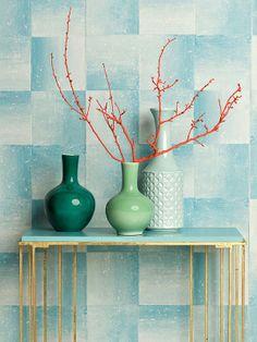 Colores trendy para la casa.  VERDE AGUAMARINA: fresco, fresco. En la pared, papel de la colección Savine, modelo Piastrella Aqua (97 €/rollo), de Designers Guild, en Usera Usera