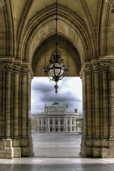 Vienne, le Rathaus, au second plan : Le Burgtheater
