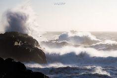 Rouz 29 posted a photo:  ................ www.erwanleroux.bzh ................  .......... Facebook / 500px / Google+ ..........  Jour de tempête sur les côtes islandaises ... des vagues immenses déferlaient et s'écrasaient sur la roche, quelques goélands s'amusaient des rafales puissantes, et au loin, quelques bateaux de pêcheurs glissaient dangereusement sur l'horizon ... ne manquait plus alors qu'une belle lumière pour mettre cette scène en valeur.