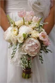 romantic wedding dresses and pink bouquet - Buscar con Google