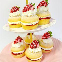 The cutest Mini Victoria sponge cakes 🤗🍓🍰 #midweekbaking