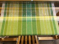 Linge à vaisselle avec trame en cotonlin 2/16 et chaîne en cotonlin 2/8 limette pâle. Loom Weaving, Hand Weaving, Baby Wearing Wrap, Weaving Projects, Weaving Patterns, Weaving Techniques, Dish Towels, Geometry, Diy And Crafts