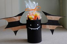 Don't you love Halloween decorations that make use of recycled stuff? These Playful Bats from Paper Bags are so adorable no one would ever guess they came from discarded materials! These are also great homemade Halloween crafts for kids to help with! Fröhliches Halloween, Adornos Halloween, Manualidades Halloween, Halloween Crafts For Kids, Holidays Halloween, Halloween Decorations, Halloween Treats, Halloween Clothes, Halloween Pictures