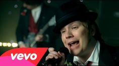 Fall Out Boy - Thnks fr th Mmrs--this hillarious--espically love the part where the monkey kisses pete's ass!