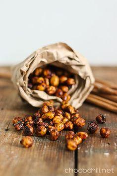 Kikherneistä saa ehkä vähän yllättäen tehtyä myös monenmoista hyvää makeaa syötävää. Helpoimmillaan kikherneet voi paahtaa uunissa rapeiksi kanelin ja kookossokerin kera. Nam! Paahdetut kikherneet ovat terveellistä naposteltavaa. Niissä on vain vähän rasvaa, mutta sitäkin enemmän hyviä kuituja ja proteiinia. Kikherneistä voi toki paahtaa myös suolaisia versioita, mutta tällä kertaa maustoin kikherneet kookossokerilla ja kanelilla. Kaneli-sokerikikherneistätulee…  Lue lisää
