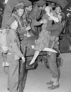 Sweetheart Lingerie of World War II Vintage Kiss, Vintage Couples, Vintage Romance, Vintage Love, Vintage Pictures, Old Pictures, Old Photos, Photos Rares, Photos Originales