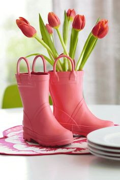 Easy tulip centerpiece. More spring decorating ideas: http://www.midwestliving.com/homes/entertaining/spring-centerpieces/page/34/0#