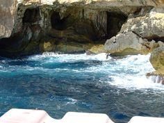 n el interior hay conformaciones como estalactitas y estalagmitas y un lago de sal de unos 120 metros de longitud, al mismo nivel del mar.