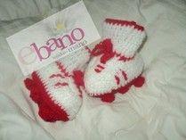 Escarpín tejido con forma de botín color blanco y rojo (Knit baby booties soccer boot shaped, color white and red)