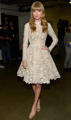 Taylor Swift não parece uma princesa com esse vestido de renda branca? O peep toe dourado deixa o look ainda mais glamouroso!