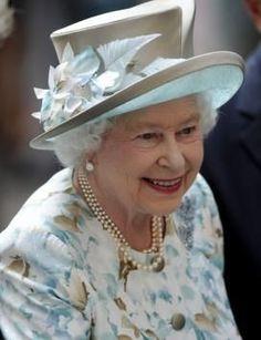 Her royal highness Queen Elizabeth II looking very pretty in a pretty hat Commonwealth, God Save The Queen, Prinz Philip, Scream Queens, Die Queen, Reine Victoria, British Garden, Queen Outfit, Royal Queen