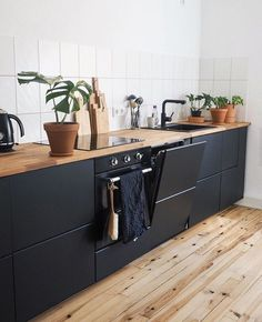 Trend Deco: Black kitchen - If you are an amateur or an amateur decoration, you could see that the black kitchens were particularly popular at the moment. Kitchen Ikea, Kitchen Interior, Kitchen Dining, Kitchen Decor, Interior Modern, Kitchen Island, Light Oak Floors, Couch Magazin, White Wood Kitchens