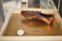 """Paavo Nurmi (1897-1973) on olympiakisojen historian menestynein urheilija. Hän voitti kolmissa olympiakisoissa 1920-1928 yhteensä yhdeksän kulta- ja kolme hopeamitalia sekä juoksi kaikkiaan 22 virallista ulkoratojen maailmanennätystä. Paavo Nurmen kuuluisa piikkari on kokoa 43 ja se on """"kullattu"""" kupariseoksella."""