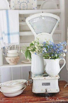 I adore the look of shabby chic home decorations as seen in this photo. I love vintage, rustic and modern yet trendy shabby chic decorative accents as they make a home beautiful. Shabby Chic Living Room, Chic Furniture, Shabby Chic Sofa, Chic Kitchen, Vintage Kitchen, Chic Decor, Shabby Chic Diy, Shabby Cottage, Chic Home Decor