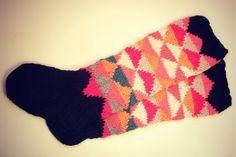 love these socks Crochet Socks, Knit Mittens, Knitting Socks, Hand Knitting, Knit Crochet, Knitting Kits, Knitting Projects, Knitting Patterns, Funky Socks