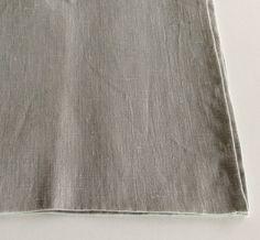 Coppia di tovaglioli in lino colore grigio chiaro.