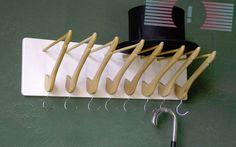 настенная вешалка из деревянных плечиков