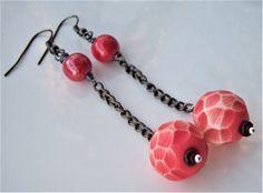 boucles d'oreille pendantes perle ronde en résine : Boucles d'oreille par adrimag
