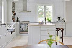 Läckert lantligt kök med tidlös köksinredning. Tallstigen 11 - Bjurfors