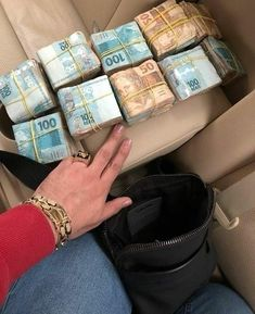 Gold Money, My Money, Money Shop, Felix Diaz, Make Money Online, How To Make Money, Where To Invest, Money Stacks, Billionaire Lifestyle
