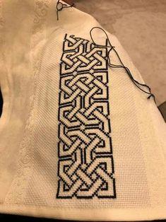 Diy Crafts - Crochet Border Stitch Celtic knot work border in crossstitch Celtic Cross Stitch, Cross Stitch Borders, Crochet Borders, Modern Cross Stitch, Cross Stitch Designs, Cross Stitching, Cross Stitch Patterns, Crochet Pattern, Blackwork Embroidery