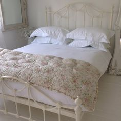 Shabby and Charme: simple and elegant environments in Trudy's house Pretty Bedroom, Cozy Bedroom, Dream Bedroom, Bedroom Ideas, Ikea Bed Frames, Wrought Iron Beds, Beautiful Bedrooms, Shabby Chic Decor, Decoration