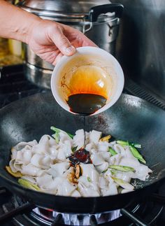 Beef chow fun is a popular Cantonese dish made from stir-frying beef, wide rice noodles, scallions, bean sprouts and dark soy sauce at very high heat! Chow Fun Noodles, Pan Fried Noodles, Chow Fun Recipe, Recipe Tin, Asian Recipes, Asian Foods, Chinese Recipes, Beef Marinade, Wok Of Life