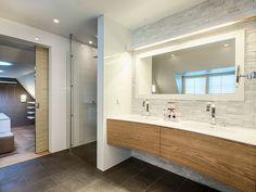 De badkamer van vandaag vereist een uitgedachte verlichting. Taakverlichting moet helder genoeg zijn om zijn werk te doen, maar moet goed samengaan met indirecte accentverlichting en de ruimte een warm gevoel geven. De verlichting die gebruikt wordt in de badkamer moet daarom zorgvuldig gekozen worden. Omdat de badkamer een vochtige ruimte is, zijn er wel ...
