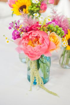 Wedding Flowers Coral Pink Mason Jars 58 Ideas For 2019 Coral Wedding Flowers, Floral Wedding, Wedding Bouquets, Beautiful Flowers, Wedding Yellow, Trendy Wedding, Wedding Centerpieces, Wedding Decorations, Summer Flower Centerpieces