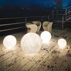 La lampada Ex Moon piccola, della collezione Luna di In-es.artdesign, è l'ideale per illuminare il terrazzo o il giardino. Realizzata in Nebulite, che trasforma le lampade in un catalizzatore di luce plastica e morbida riproducendo la superficie lunare.
