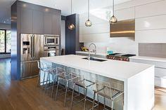 Cucina in bianco e grigio con pavimenti in legno e mobili e elementi in metallo