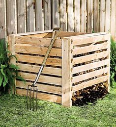 How to make compost quickly with 6 free essential ingredients. What is compost? What goes into a compost pile? Composting tips to success. Organic Compost, Organic Gardening Tips, Best Compost Bin, How To Start Composting, Composting 101, Potager Bio, Bokashi, Yard Waste, Compost
