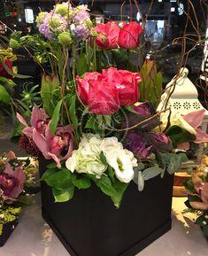 #FlowersInABox #ανθοσύνθεση #ανθοπωλείο #lesfleuristes #διακόσμηση #καπελιέρα #λουλούδια Flower Boxes, Flowers, Floral Wreath, Wreaths, Plants, Home Decor, Window Boxes, Decoration Home, Room Decor