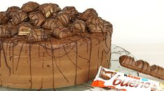 Ich finde diese sehr schokoladige und nussige Kinder - Bueno - Torte passt hervorragend in die kühlere Jahreszeit und bei Kindergeburtstagen lässt sie die Kinderaugen strahlen.