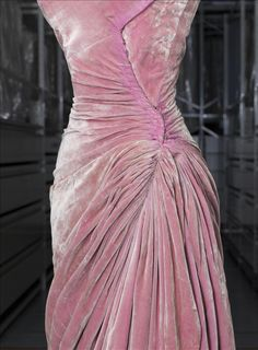 Evening dress, Grès © Eric Emo / Galliera / Roger-Viollet The considerable quantities of fabric used for the skirt are held in place solely by chevron pleats on the hip that drape downwards to form broad pointed pleats on the Madame Gres, 1950s Fashion, Gypsy Fashion, Vintage Fashion, Vintage Weddingdress, Pretty Dresses, Beautiful Dresses, Vintage Dresses, Vintage Outfits